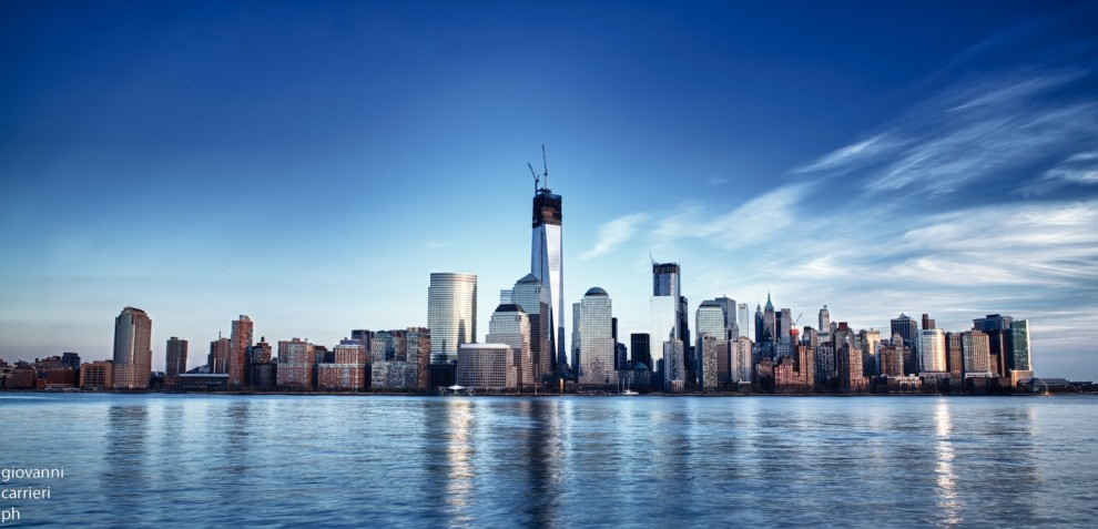 Manhattan skyline viewed from Jersey City in 2013 with the new One World Trade Center dominating the view.