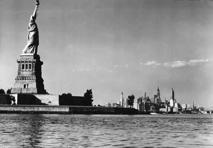 The Statue Of Liberty and the Manhattan skyline (1939).